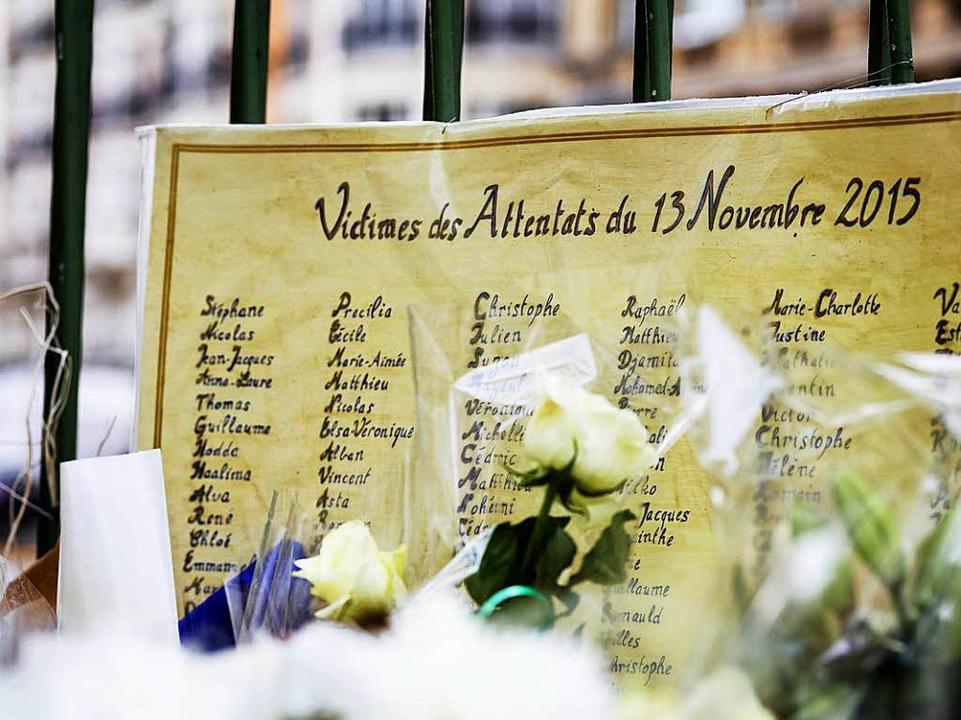 fm Tor des Innenhofs hängt immer noch ...ttel mit den Namen der Attentatsopfer.  | Foto: Rafael Zubler