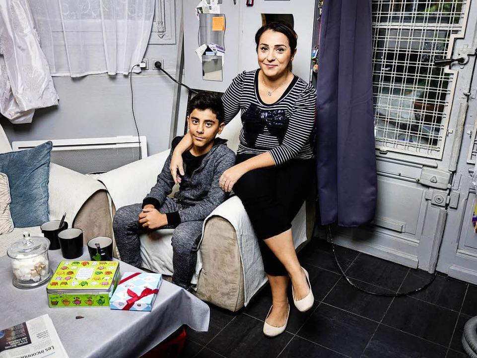 Natalia Syed mit ihrem Sohn in ihrer kleinen Wohnung  | Foto: Rafael Zubler