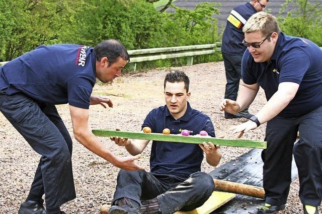 Höllsteiner Feuerwehr trifft den Osterhasen besser