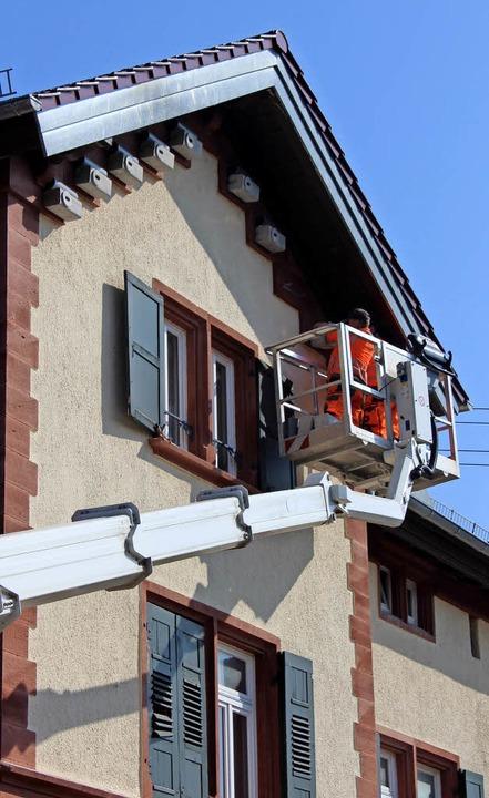 Bauhofmitarbeiter haben am Bahnhof und...istkästen für Mauersegler aufgehängt.   | Foto: Schöneberg