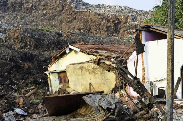 Regen bringt riesigen Abfallberg in Sri Lanka ins Rutschen