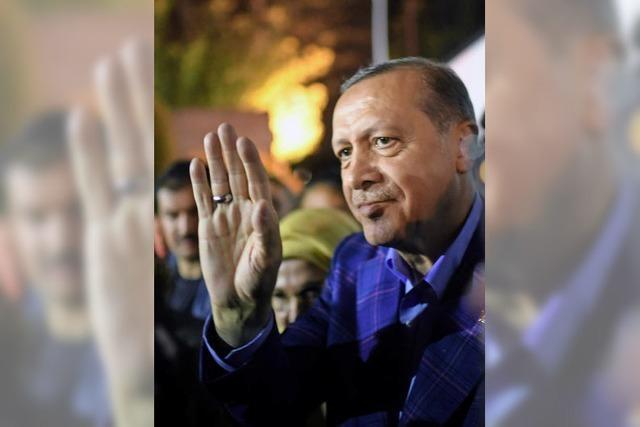 Türken geben Erdogan fast unumschränkte Macht