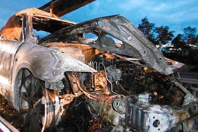 Elektronik ausgefallen – Auto brennt auf der A5 komplett aus