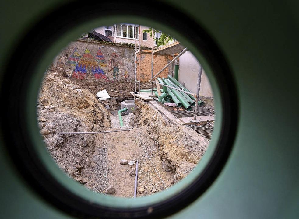 Abwasserarbeiten im Hinterhof  | Foto: Ingo Schneider