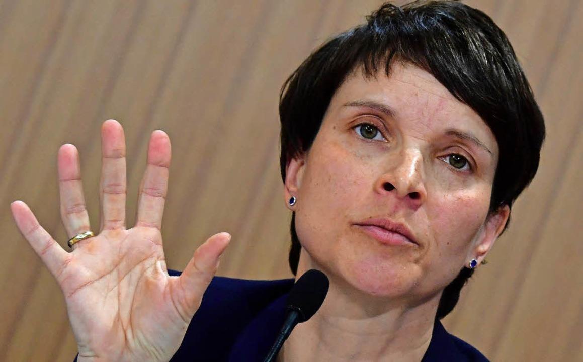Abwehrende Haltung: Frauke Petry vor Journalisten  in Berlin   | Foto: afp