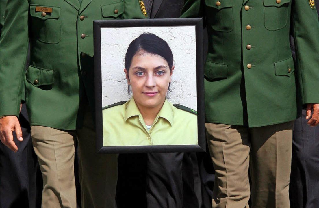 Polizisten erweisen 2007 mit einem Tra...ermordeten Kollegin  die letzte Ehre.   | Foto: dpa