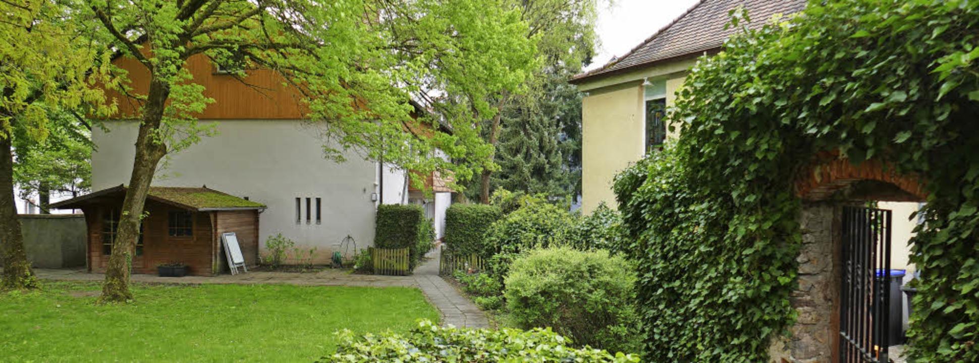 Links das marode Pfarrhaus, rechts das...nicht mehr den heutigen Anforderungen.  | Foto: Sylvia-Karina Jahn
