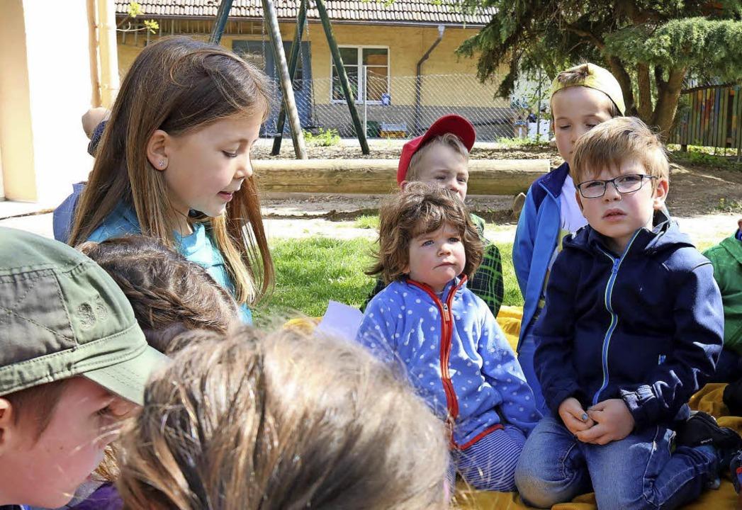 Voller Spannung hören die Kindergarten...klässlerin  Natalie beim Vorlesen zu.     Foto: Herbert Birkle