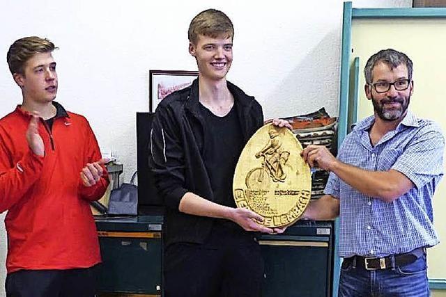 Timo Büche holt sich das Riesenei des Sportvereins Lembach