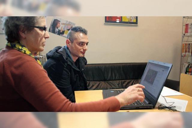 Flüchtlinge lernen Deutsch am PC
