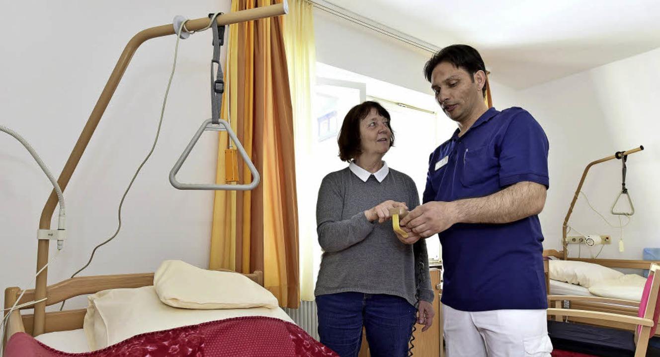 Praxisanleiterin Iris Kliver  erklärt ...orauf es bei der Altenpflege ankommt.   | Foto: Thomas Kunz