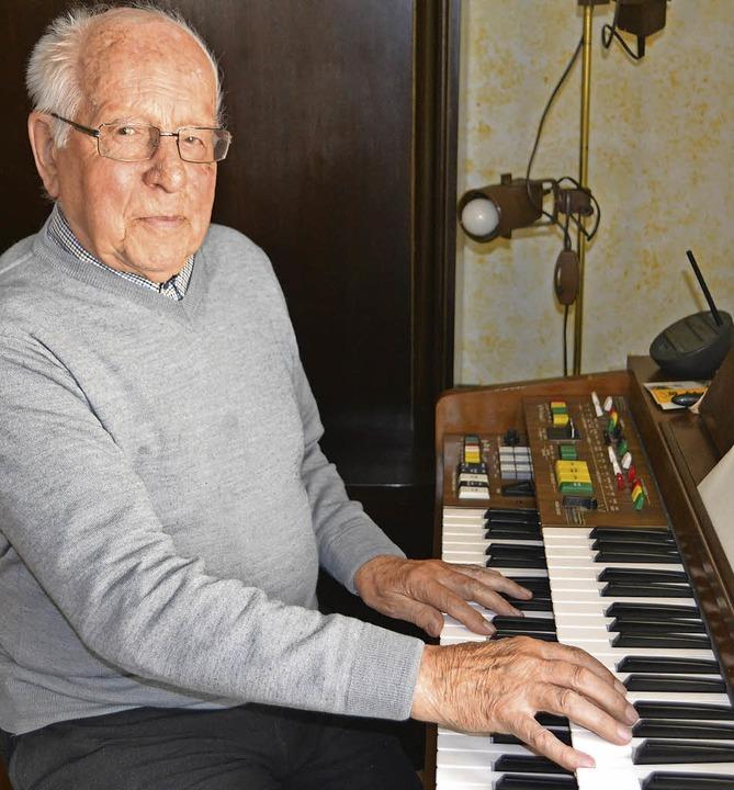 Claus Sack an der Heimorgel. Er wird heute 90 Jahre alt.  | Foto: Paul Berger
