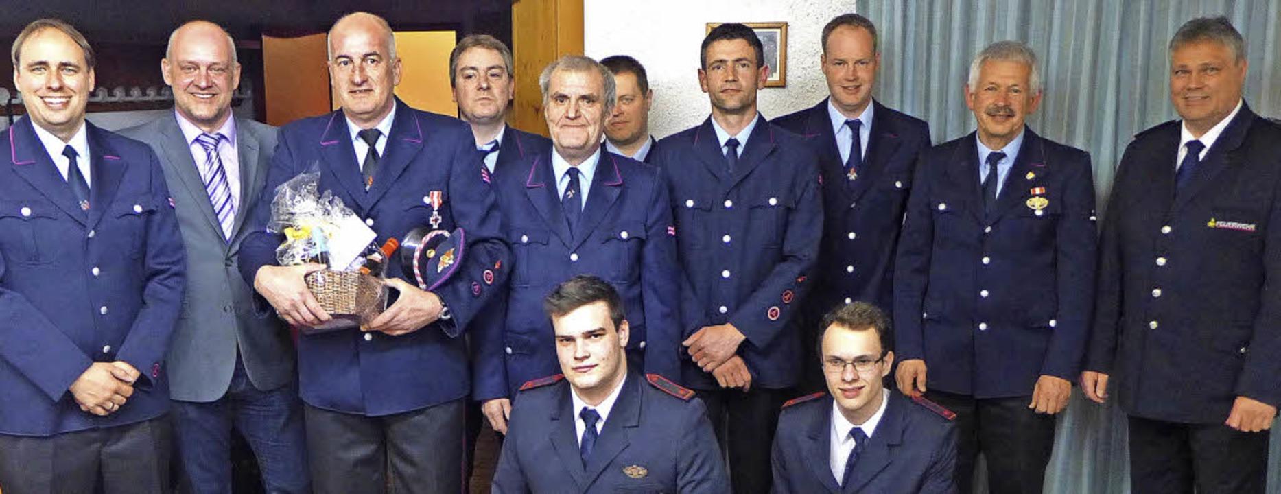 Bürgermeister Christian Rüscher (Zweit...inks) und die beförderten Mitglieder.     Foto: karin maier