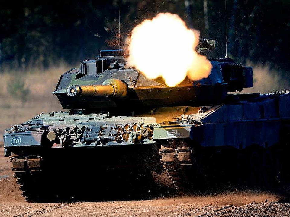 Schweres Gerät: Ein Leopard-2-Panzer d...wehr bei einer Übung in Niedersachsen   | Foto: DPA