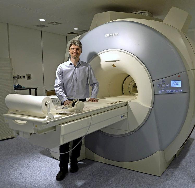 Der Physiker Maxim Zaitsev an einem MRT-Gerät in der Freiburger Uniklinik    Foto: Ingo Schneider