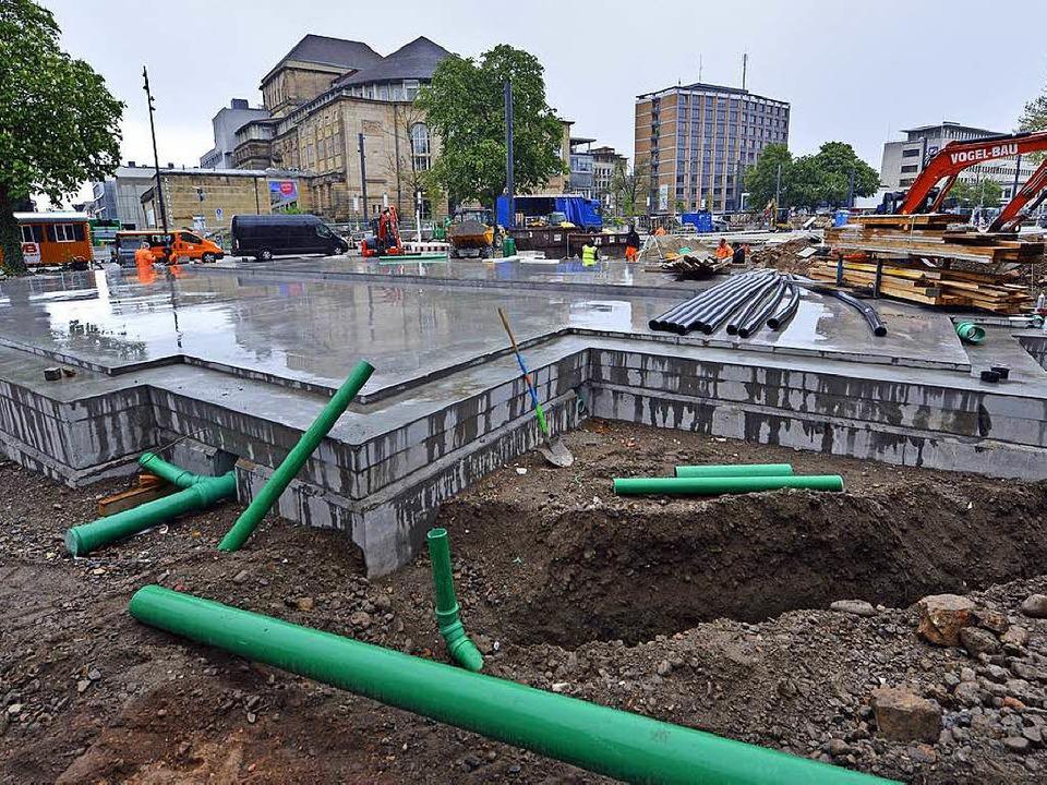 Das flache Becken auf dem Grundriss de...rt, Fachleute arbeiten an der Technik.  | Foto: Michael Bamberger