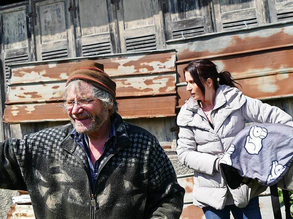Kerstin Hammer rettete die Küken, Gerhard Richter will ihnen ein Gehege bauen.    Foto: Ralf H. Dorweiler