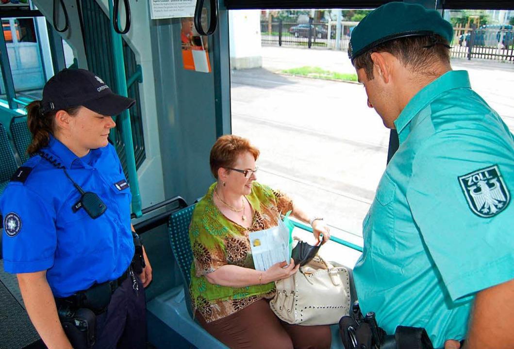 In der Tram 8 kontrollieren die deutsc... mit Schweizer Kollegen. (Symbolbild).  | Foto: ZVG