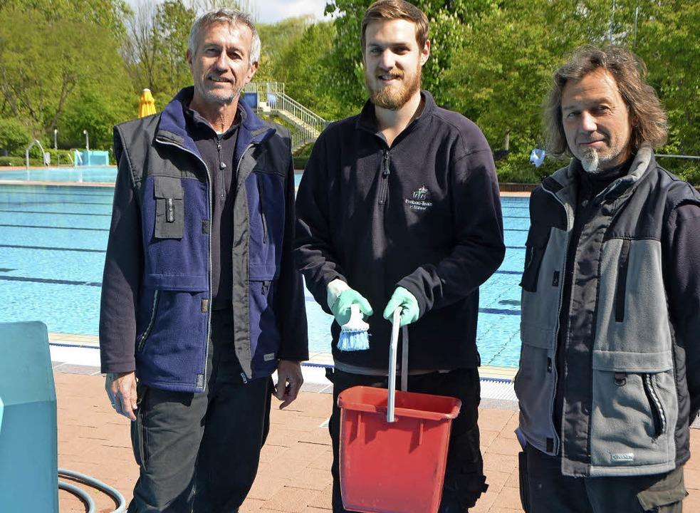 Das Freibad-Team sorgt für den Frühjah...lenweger und Jörg Staiger (von links).  | Foto: Gerhard Walser