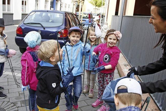 Kinder sammeln Müll