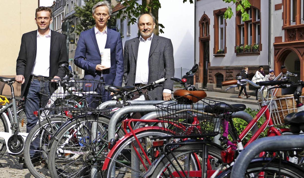 Zwischen Fahrrädern: Alexander Fessler...Wilke, Museumsleiter Markus Moehring    | Foto: Sabine Ehrentreich
