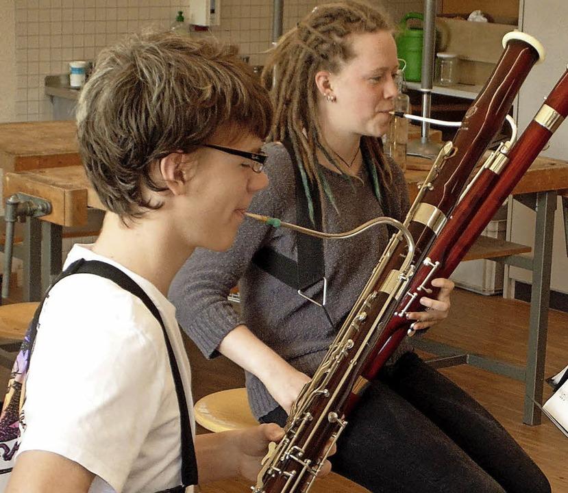 Annemarie Kopetzki und Felix Rees spielen das Fagott.  | Foto: Michael Gottstein