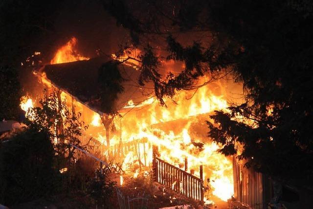 Brand in zwei Gartenlauben in Weingarten