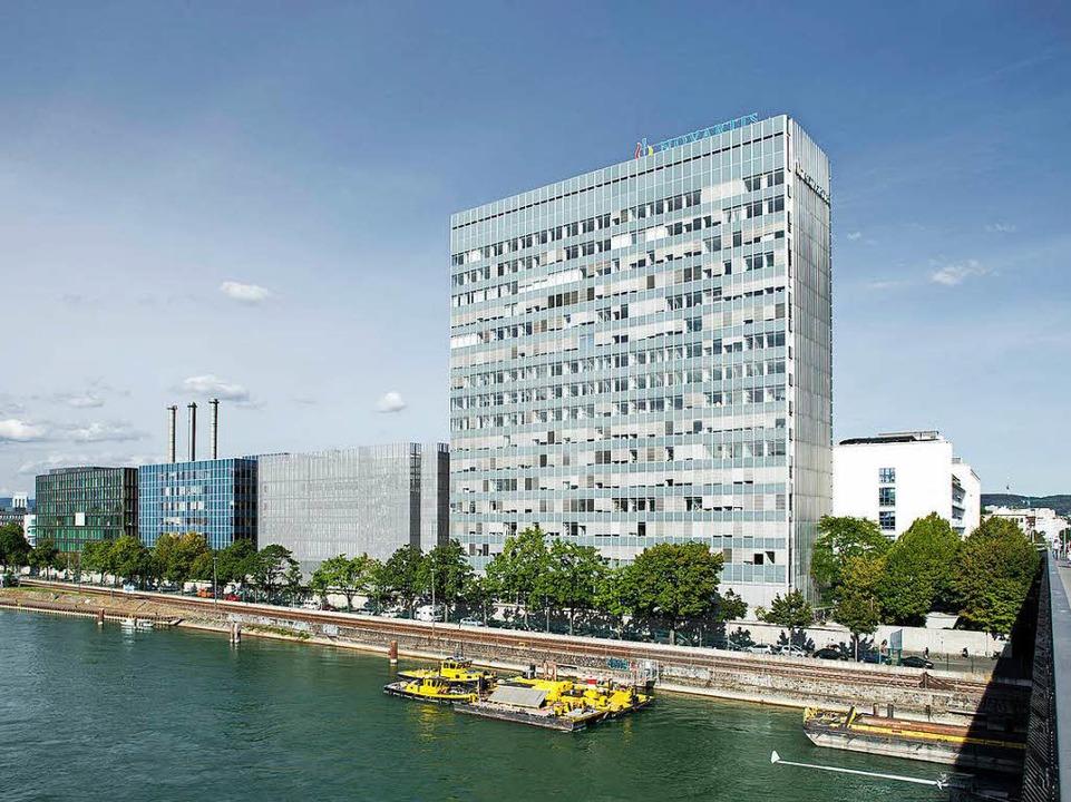 Das 73 Meter hohe Laborgebäude von Novartis  prägt die Südwestecke des Areals.  | Foto: ZVG