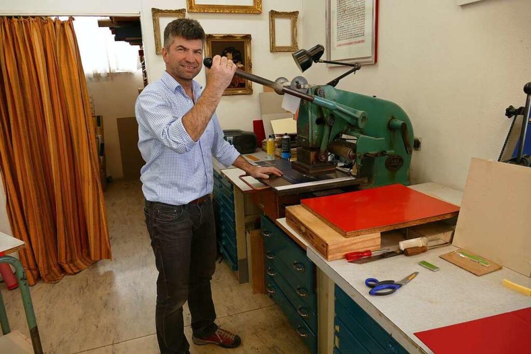 Inhaber Peter Hirtle an einer der wenigen Maschinen; das meiste ist Handarbeit.  | Foto: Carolin Jackermeier