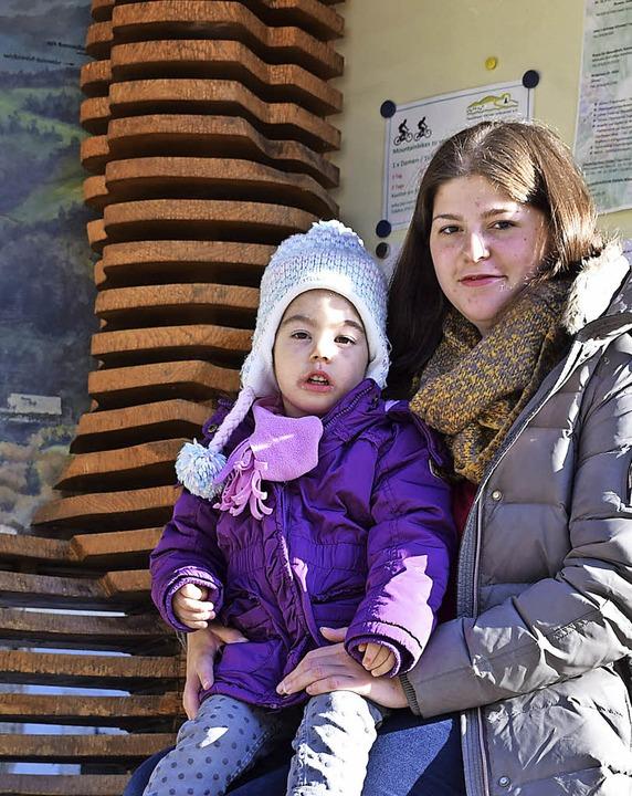 In der Neuenweger Ortsmitte: Stefanie Brunner mit Tochter Lara  | Foto: Frank Schoch