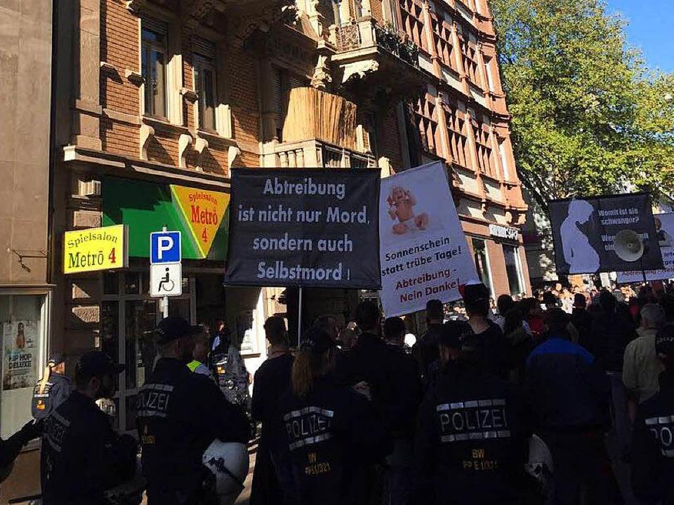Rund 70 Anhänger der Piusbrüder demonstrierten am Freitagnachmittag.  | Foto: Karo Schrey