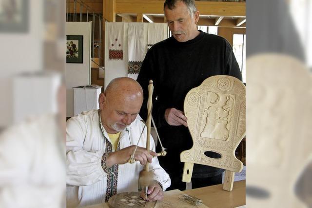 Hans-Thoma-Stuhl mit Kerbschnitzerei