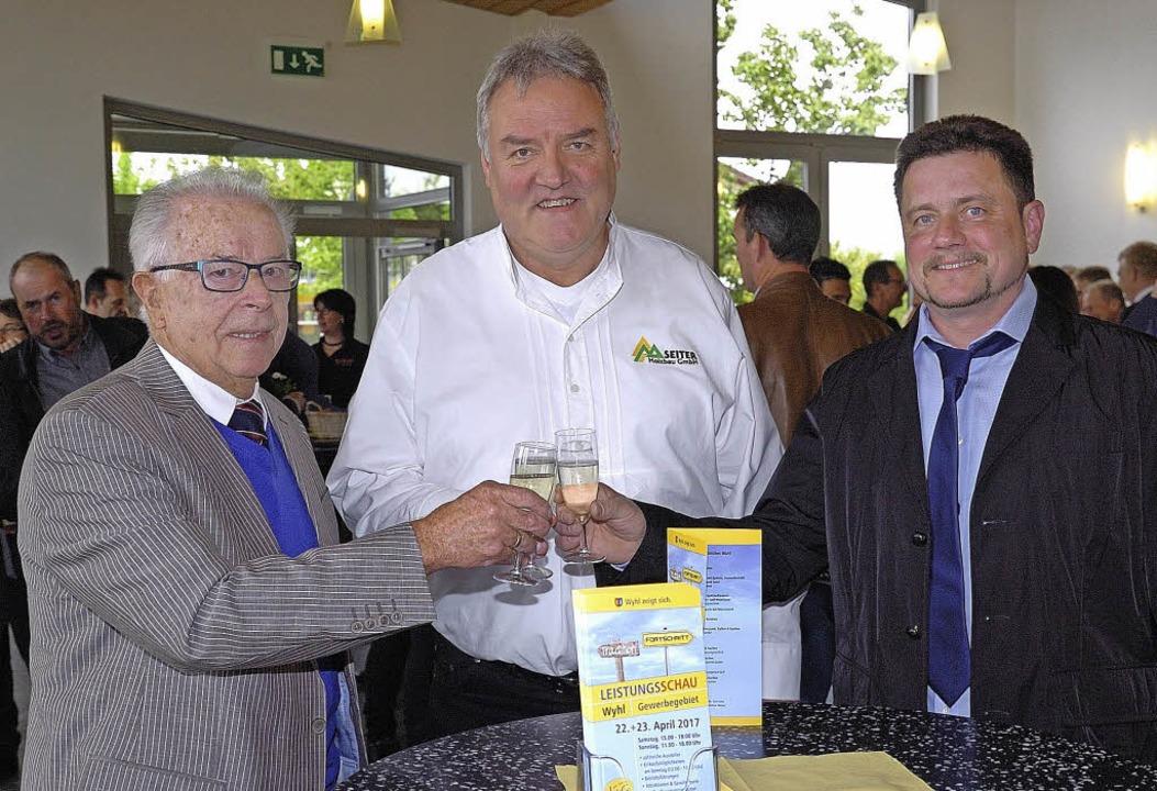 Zum 30-jährigen Jubiläum konnte der  V... (links) und Wilfried Seiter anstoßen.  | Foto: Jürgen Schweizer