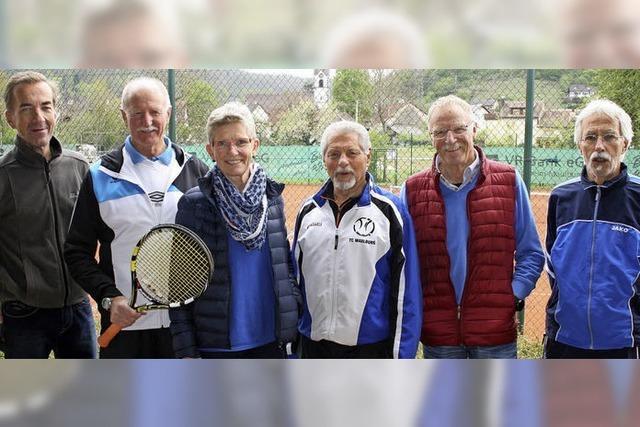 Auftakt am Tennisnetz