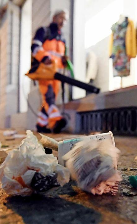 Frühmorgendliches Müllaufräumen in Karlsruhe  | Foto: dpa