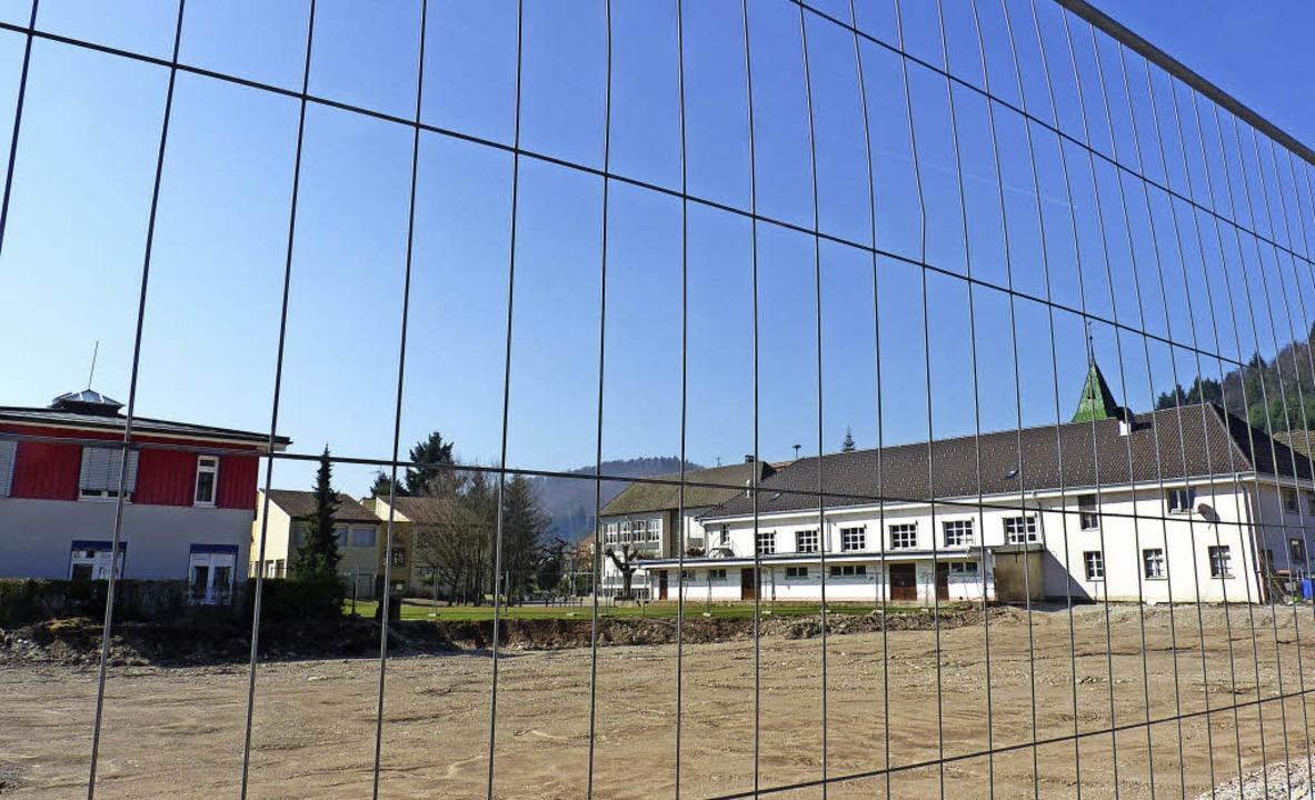 Was passiert hinter dem Bauzaun? Geht es nach der SPD, kommt dort das MPH hin.   | Foto: Dirk Sattelberger