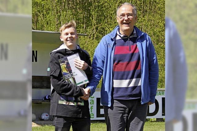 Chris Meindl vom FC Kandern erhält Fair-Play-Preis des DFB