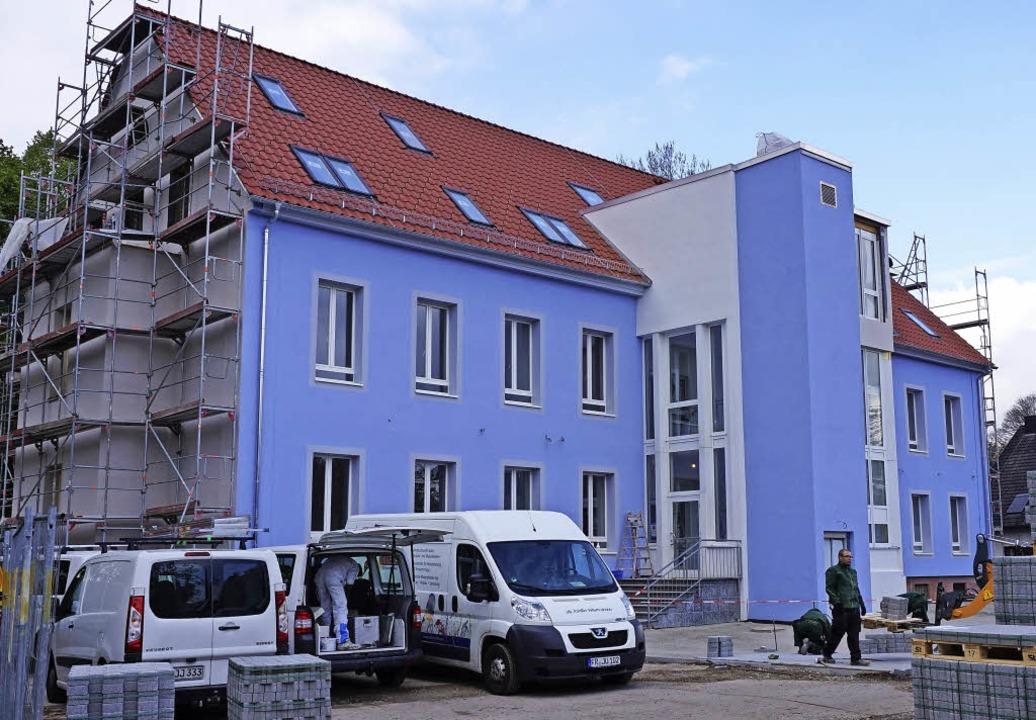 Eröffnet wurde jetzt in Umkirch  das H...Haussegen durch die Pfarrer (rechts).   | Foto: Julius Steckmeister