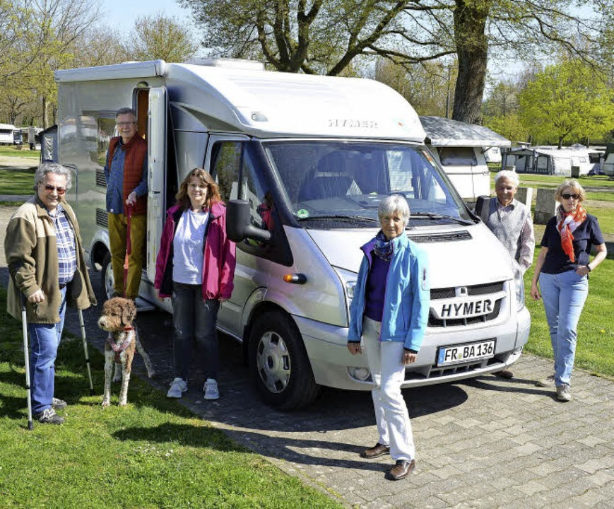 Sechs der Campingfreunde vor dem Wohnm...artner und Rosi Simmert (von links).    | Foto: Rita Eggstein