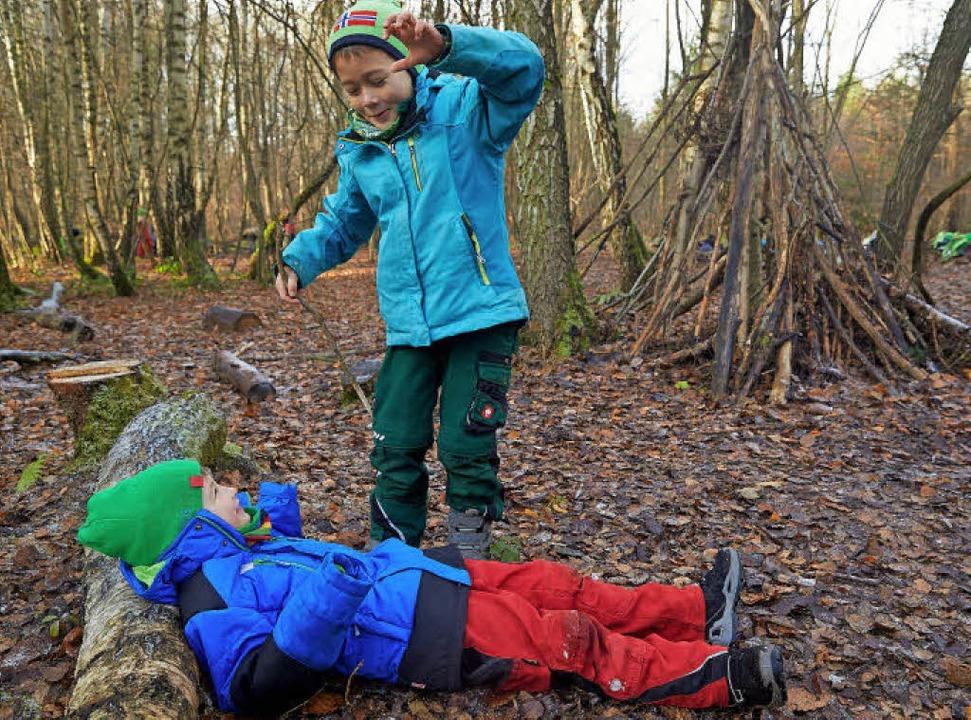 Im Wald spielen macht nicht nur Spaß, sondern weckt auch die Fantasie.   | Foto: DPA