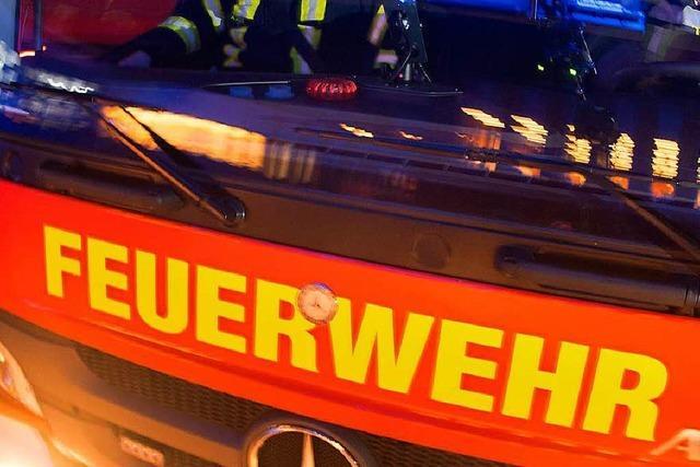 Feuerwehr holt verletzte Frau aus Auto