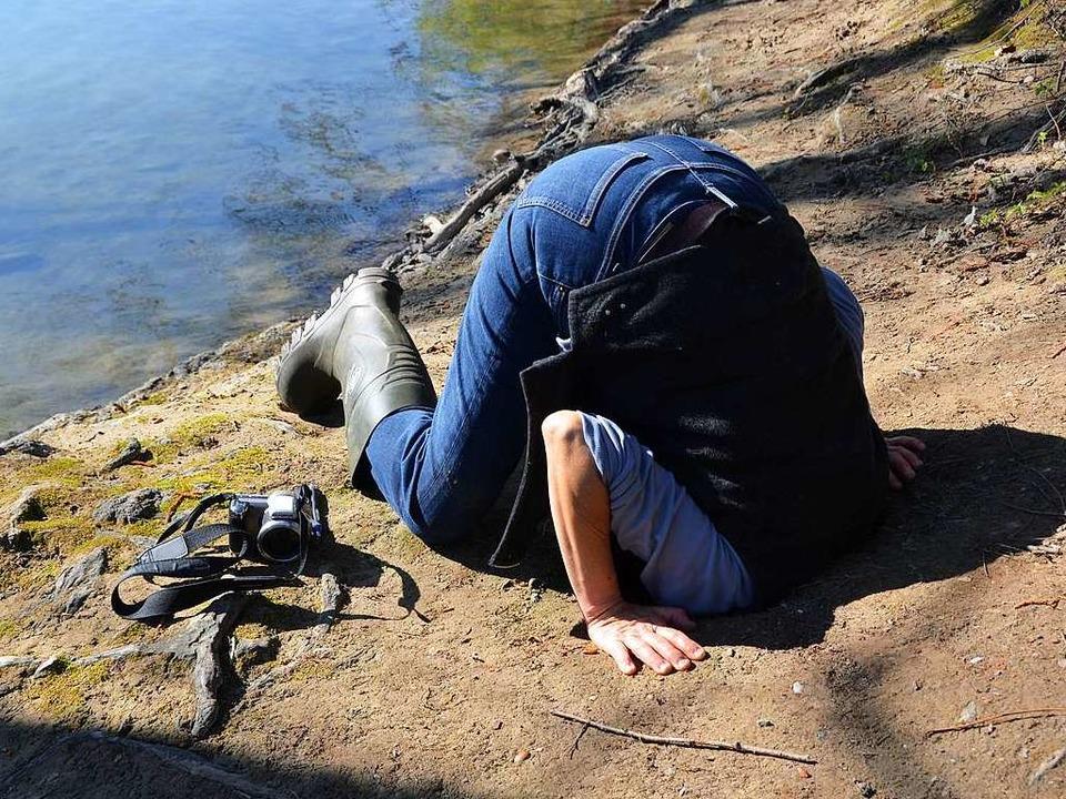 Kopf in den Sand: Die Bibermanagerin  erforscht einen Bau.  | Foto: Stefan Hupka