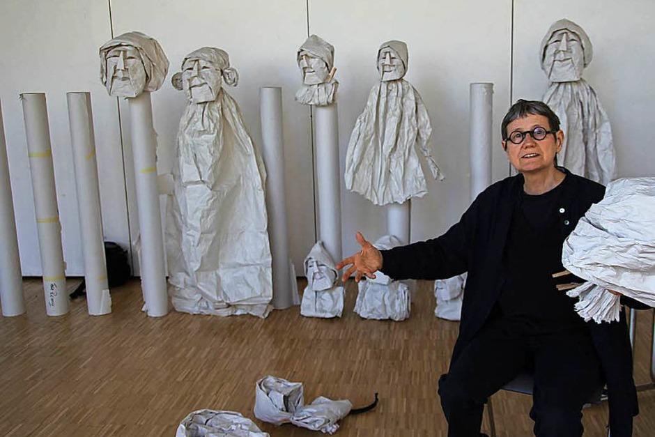 Das ist Horta Van Hoye mit ihren Kunstwerken aus Papier. (Foto: Sabine Model)