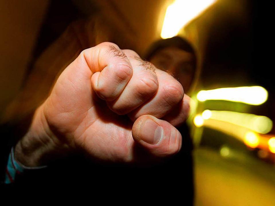 Eine Schlägerei endete für einen 26-Jährigen im Krankenhaus (Symbolbild).  | Foto: dpa