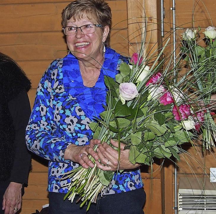 Sag es mit Blumen: Die zweite Vorsitze...geehrt für 35 Jahre Vorstandsarbeit.    | Foto: Poppen
