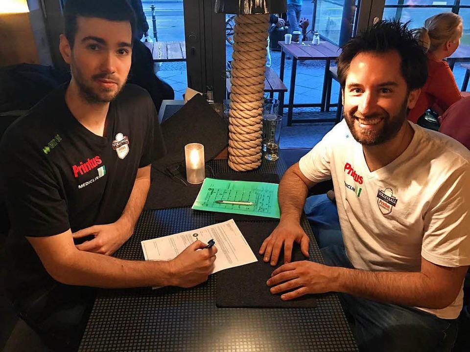 Florian Völker (links) und Offenburgs ...cheuer bei der Vertragsunterzeichnung.  | Foto: Verein