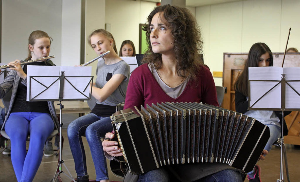 Versunken in die Musik: Almut Wellmann bei der Probe mit den Siebtklässlern     Foto: Barbara Schmidt