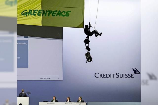 Der Widerstand gegen hohe Boni in der Schweiz wächst