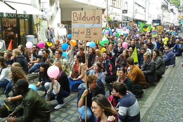 Studenten protestieren gegen die Einführung von Studiengebühren für Ausländer