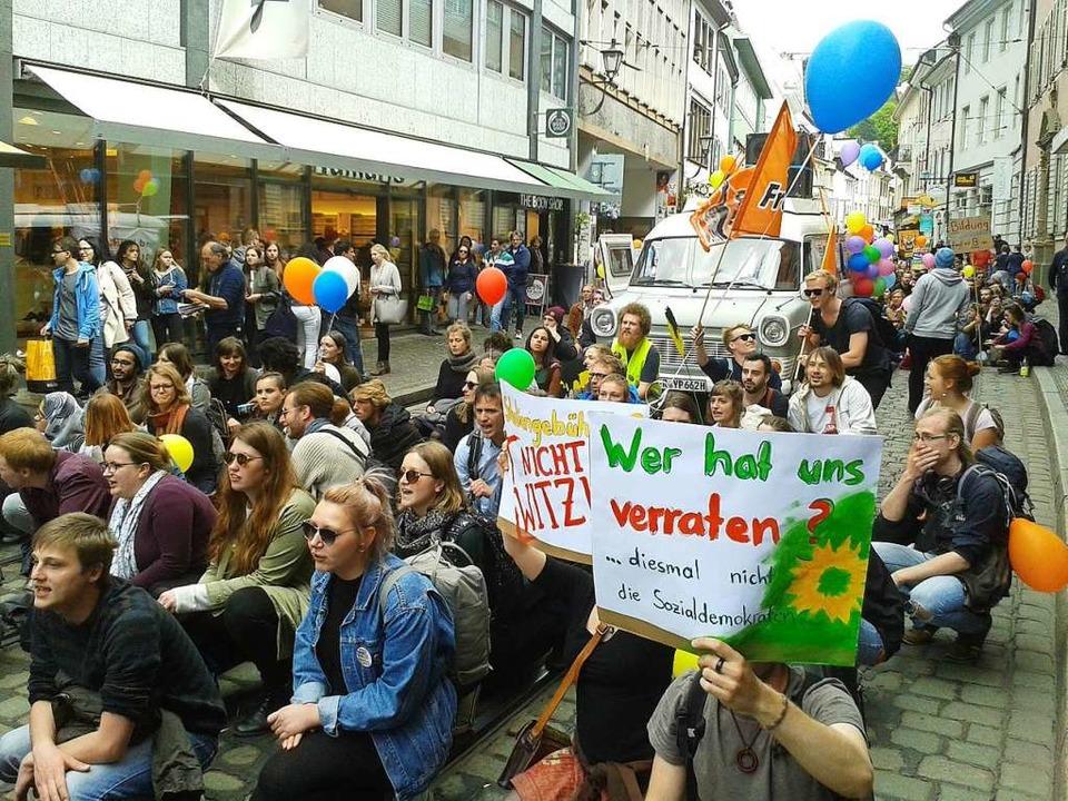 Freiburger Studierende gehen gegen die...ung der Studiengebühren auf die Straße  | Foto: Fabian Vögtle